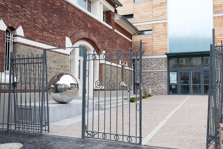 Sphère diamètre 120 cm, 1% artistique, Maison de la Consommation et de l'Environnement, Rennes - acier inoxydable poli miroir, niveau à bulle circulaire. 2013.