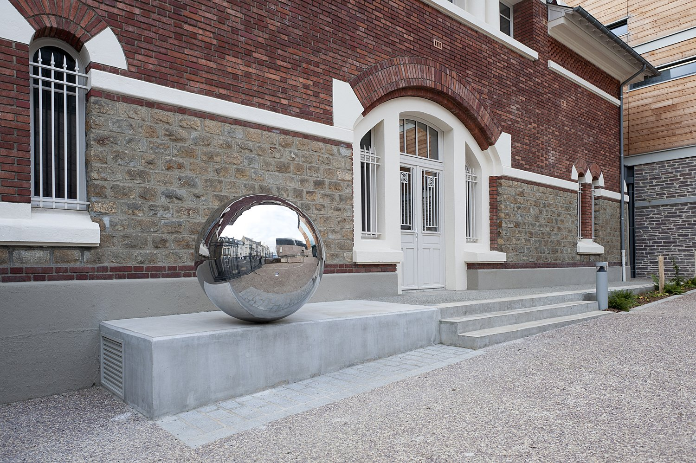 Sphère diamètre 120 cm, acier inoxydable poli miroir, niveau à bulle circulaire. 2013.